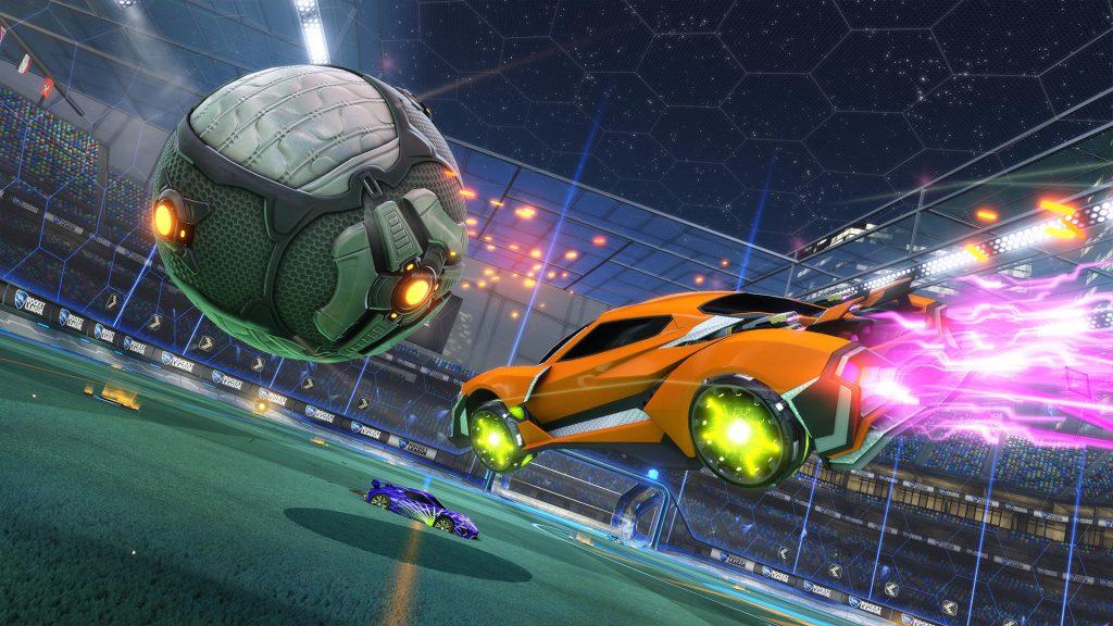Imagem de um carro pulando em direção a uma bola.