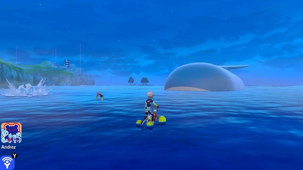 O personagem principal no mar e três Pokémon selvagens no cenário.