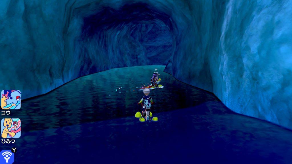 O jogador entrando em uma caverna com outros jogadores do mundo real.