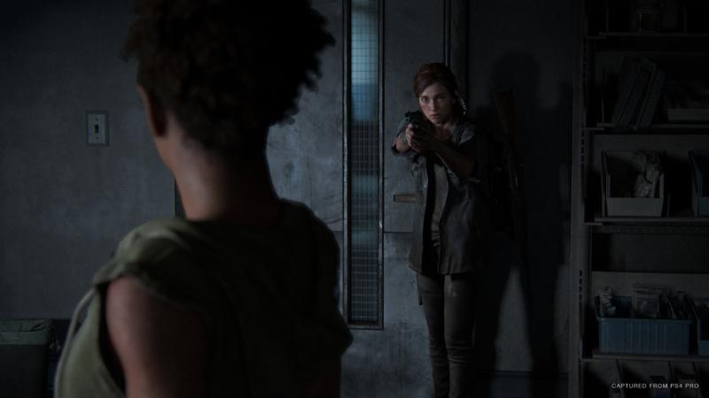 Ellie ameaçando personagem