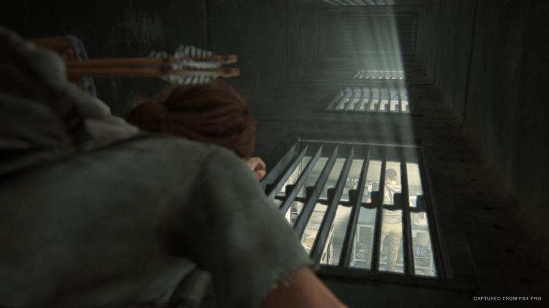 Ellie rastejando em um duto de ventilação