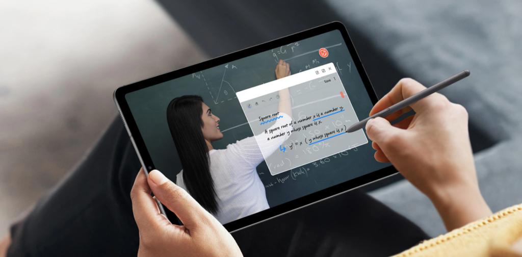 Pessoa fazendo anotação no Samsung Galaxy Tab S6 Lite