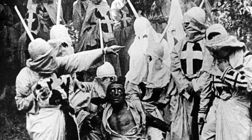 """""""O Nascimento de uma Nação"""" é um filme que foi sucesso de bilheteria mas teve uma abordagem racista, assim como """"E o Vento Levou""""."""