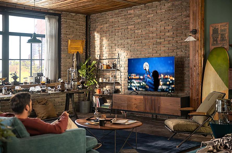 Pessoa assistindo smart tv samsung crystal