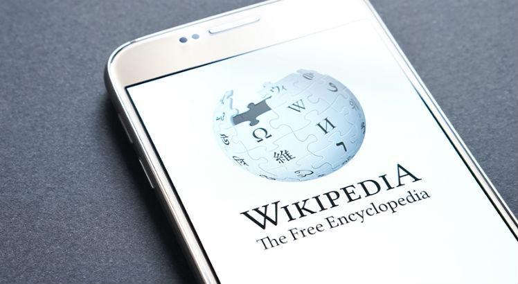 Página da wikipedia em exibição em um smartphone