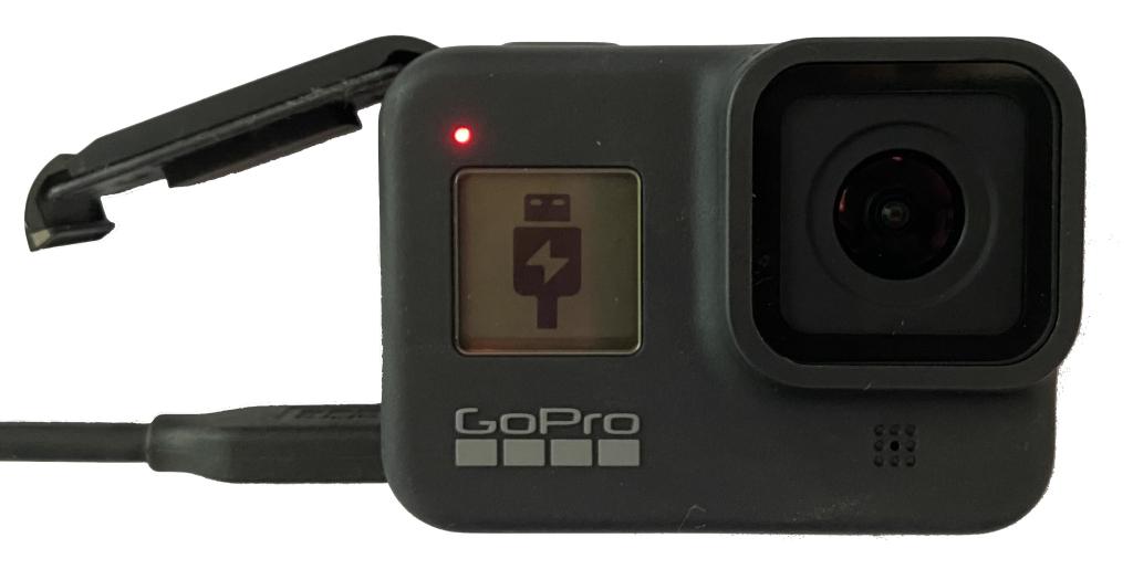 Câmera GoPro indicando em sua tela o ícone de USB