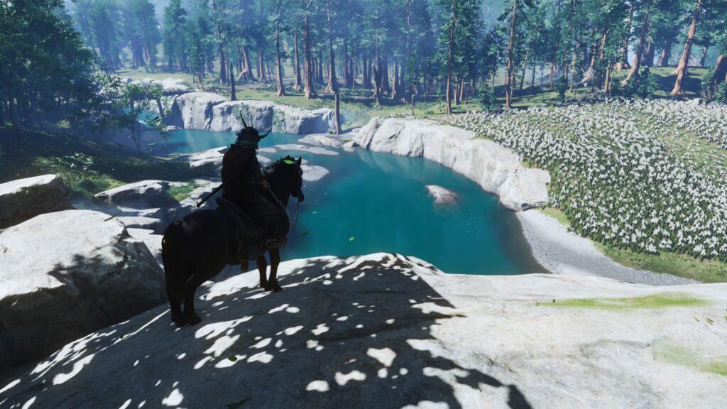 Jin, em seu cavalo, vê um rio de águas azuis.