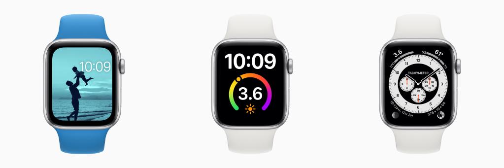 Imagem mostra três apple watches com watchos 7, cada um exibindo um dos novos mostradores. O primeiro mostra o mostrador fotos em que um filtro azul é aplicado sobre a foto de um pai levantando o filho na praia. O segundo mostra o mostrador gg com uma complicação de índice uv. O terceiro mostra o cronógrafo pro com taquímetro.
