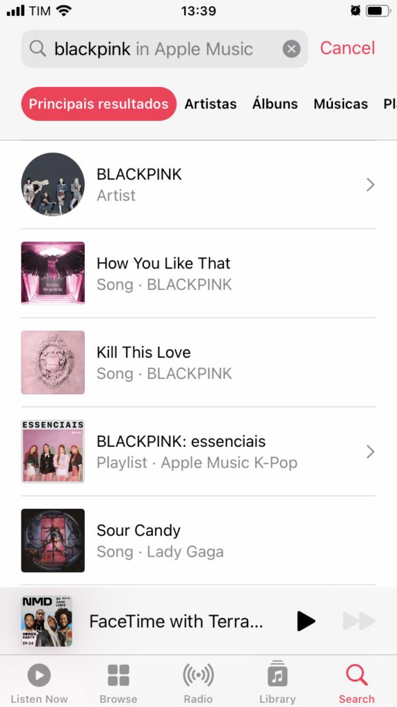 """Nova tela de resultados de pesquisa do Apple Music. O tempo """"blackpink"""" foi inserido na barra de busca. O filtro Principais resultados está selecionado."""