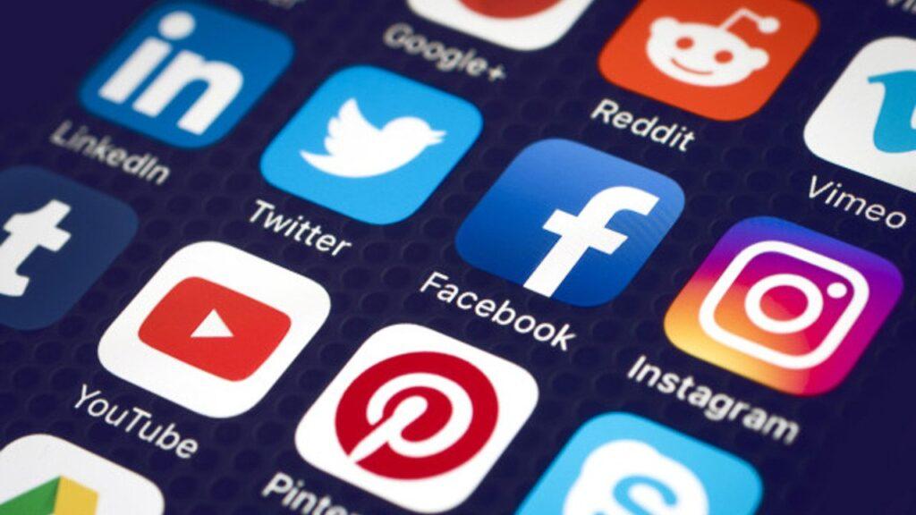 Printscreen de uma tela de um smartphone com vários ícones de aplicativos para celular