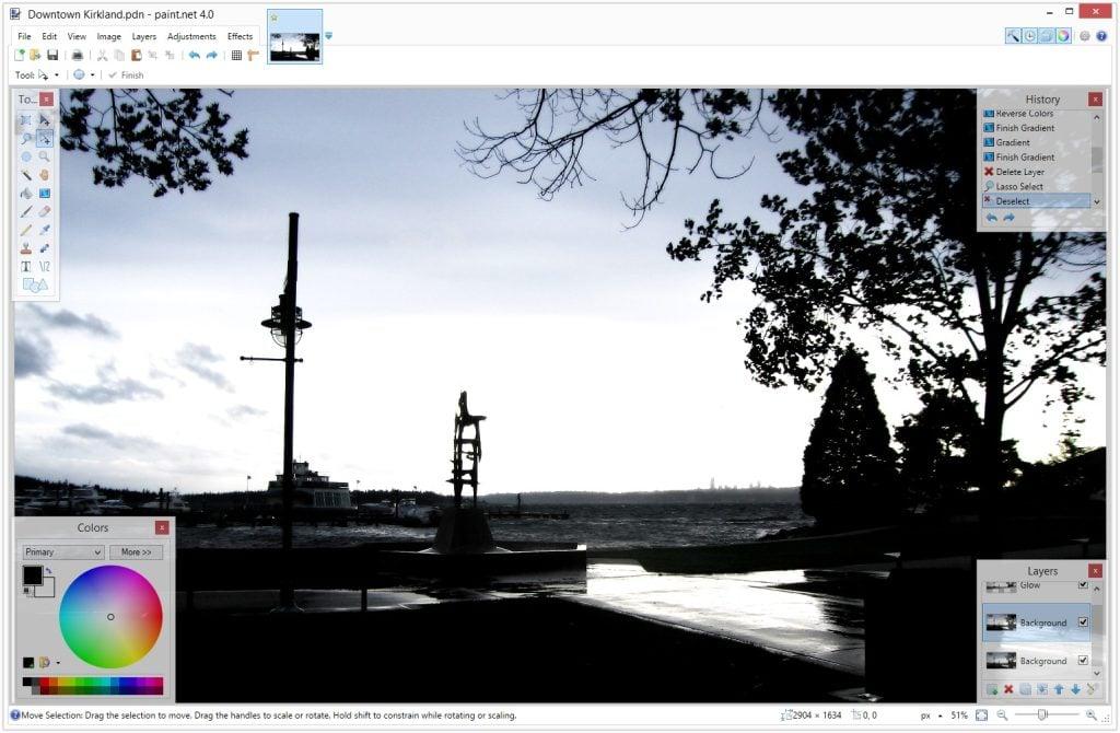 Interface do programa gratuito Paint.net de edição de imagens. Nele, há uma paisagem em tons de cinza que representa uma espécie de pier sendo editada.