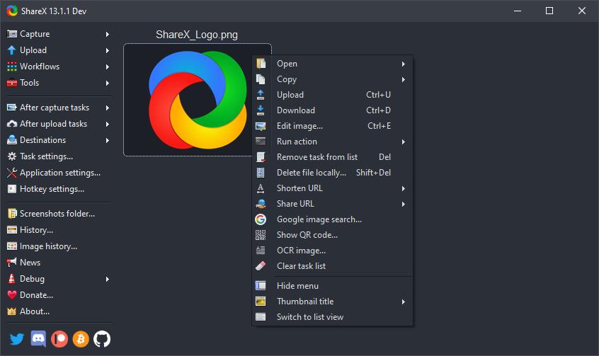 Captura de tela de um dos softwares gratuitos, o ShareX. Seu logo, na parte superior esquerda, é azul, verde, amarelo e vermelho, cada cor agindo como uma meia lua e se entrelaçando.