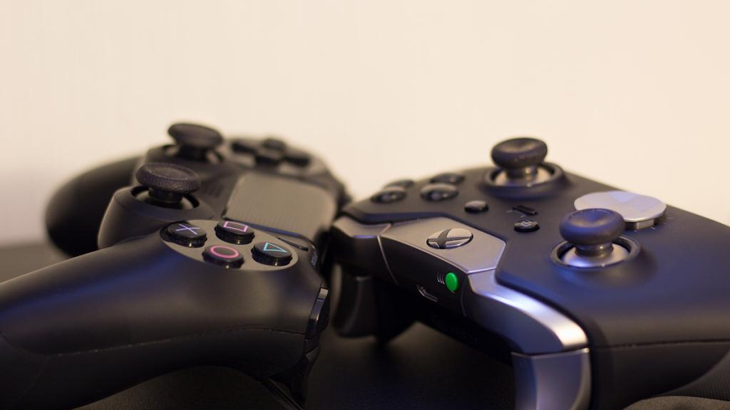 Três consoles de videogame próximos um ao outro, formando uma estrela.