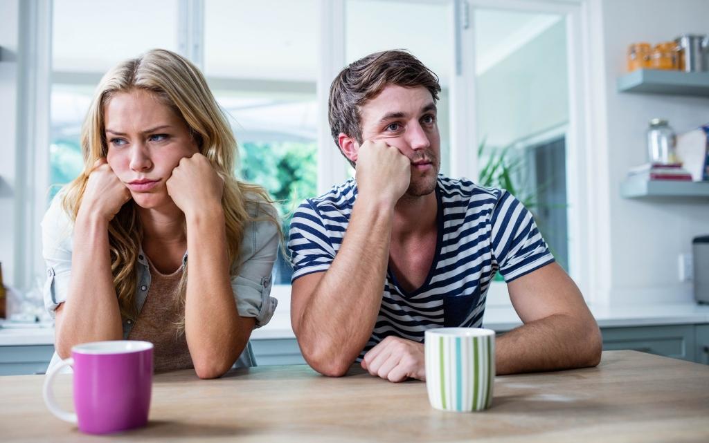 Casal emburrado com o relacionamento