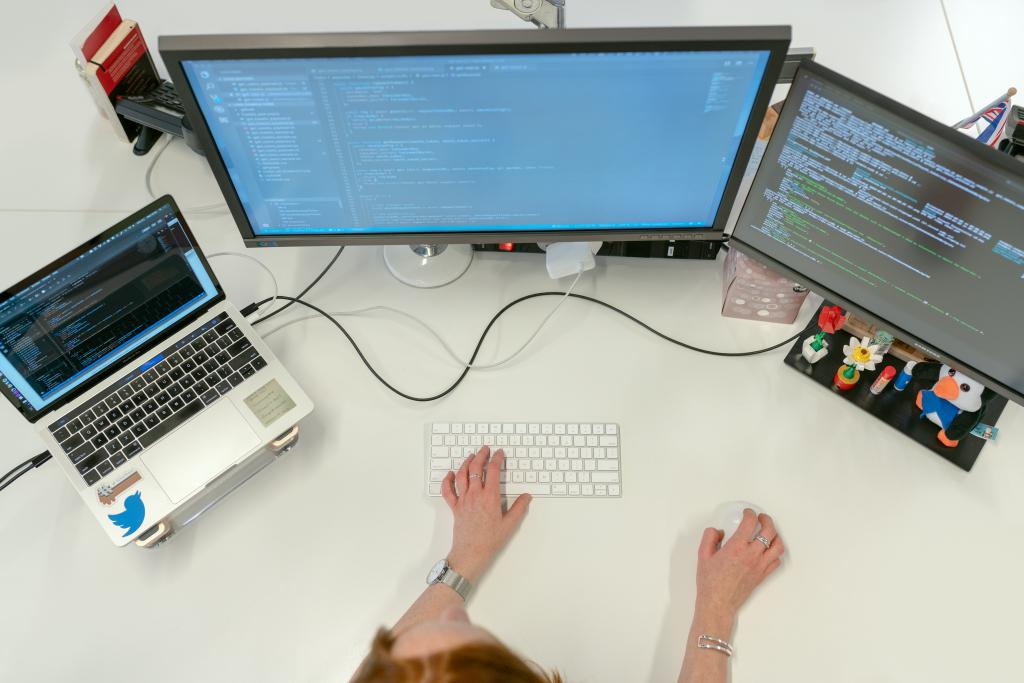 Pessoa mexendo no computador, criando códigos em alusão às chaves de ativação ilegais no mercado de informática