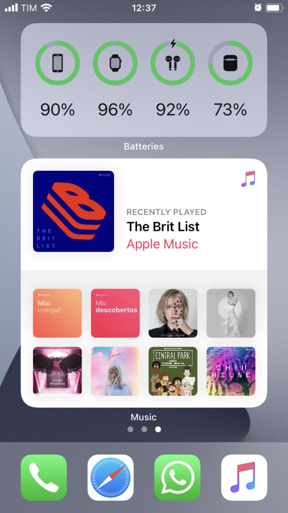 A imagem mostra o novo widget do Apple Music em tamanho grande. O widget exibe em destaque a última playlist reproduzida e abaixo os álbuns e listas tocados anteriormente.
