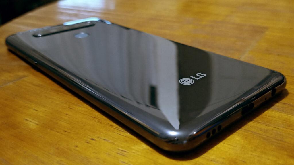 LG K51S prateado sobre mesa de madeira