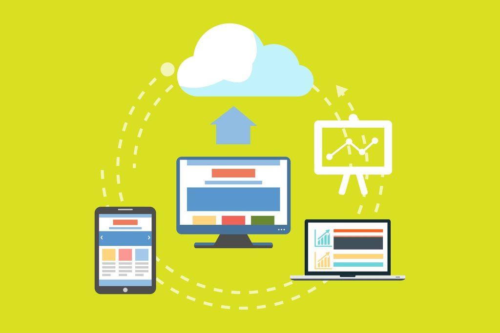 Ilustração de um computador, um tablet e um notebook enviando informações para uma nuvem, em analogia à nuvem da internet.