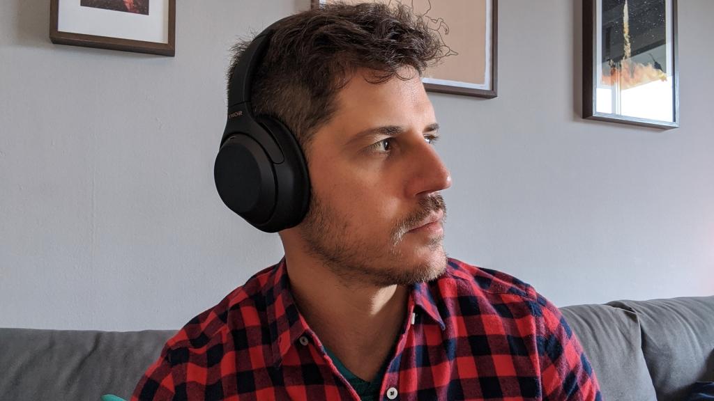 O over ear da sony se encaixa muito bem na cabeça do consumidor.