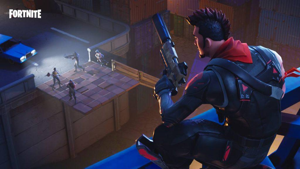 Uma personagem solitária com uma pistola de fortnite observa do alto enquanto um esquadrão de quatro pessoas fica parado em cima de uma construção