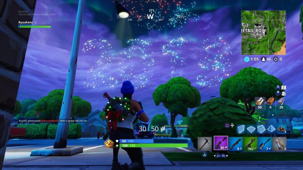 Screenshot de fortnite na virada de ano de 2018 para 2019, mostrando alguns itens raros dentro do jogo como uma shotgun roxa