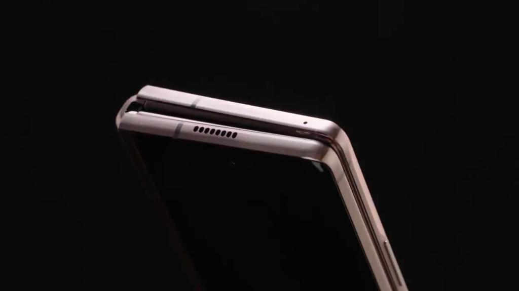Mecanismo de dobra do Galaxy Z Fold 2 foi reforçado, agora tendo mais rigidez e passando maior segurança emum design ultrafino (Imagem: Divulgação/Samsung)
