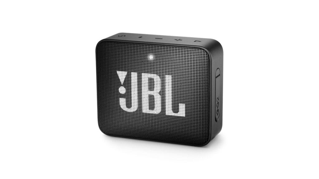 A JBL GO 2 não apenas é compartível com assistentes de voz, mas também é resistente à água