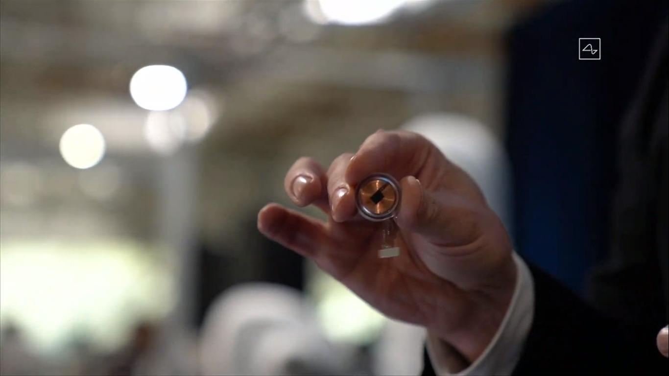 Elon musk revela implante cerebral neuralink, que deve tratar de paralisias e problemas motores. Chip traz eletrodos para serem implantados no cérebro de pacientes com problemas motores e doenças neurológicas: neuralink poderá ser atualizado, revertido ou aprimorado