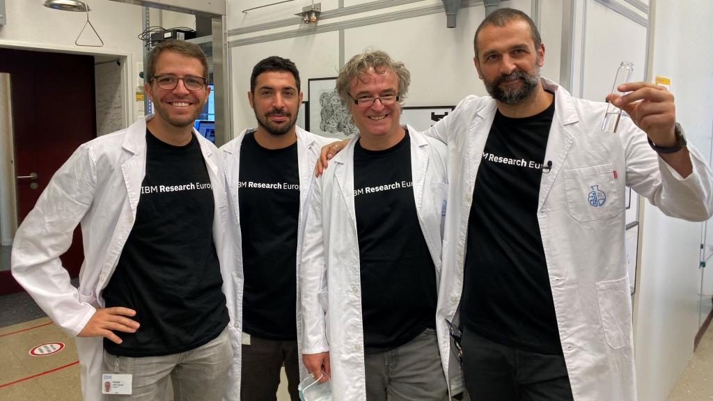 Equipe da IBM que desenvolveu o RoboRXN