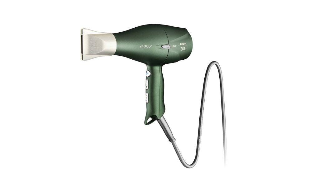 Fundo branco. Secador taiff eco em cor verde com o bico apontado para a esquerda, visto em perspectiva.