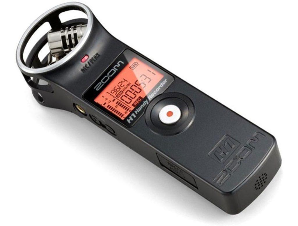 Zoom h1 pode ser conectado a um microfone de lapela.