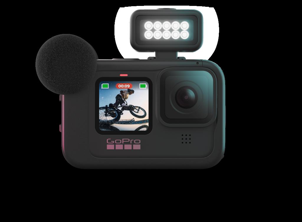 Imagem da nova Hero 9 Black de frente, com o módulo de iluminação acoplado, sendo uma espécie de lanterna colocada em cima da câmera em si