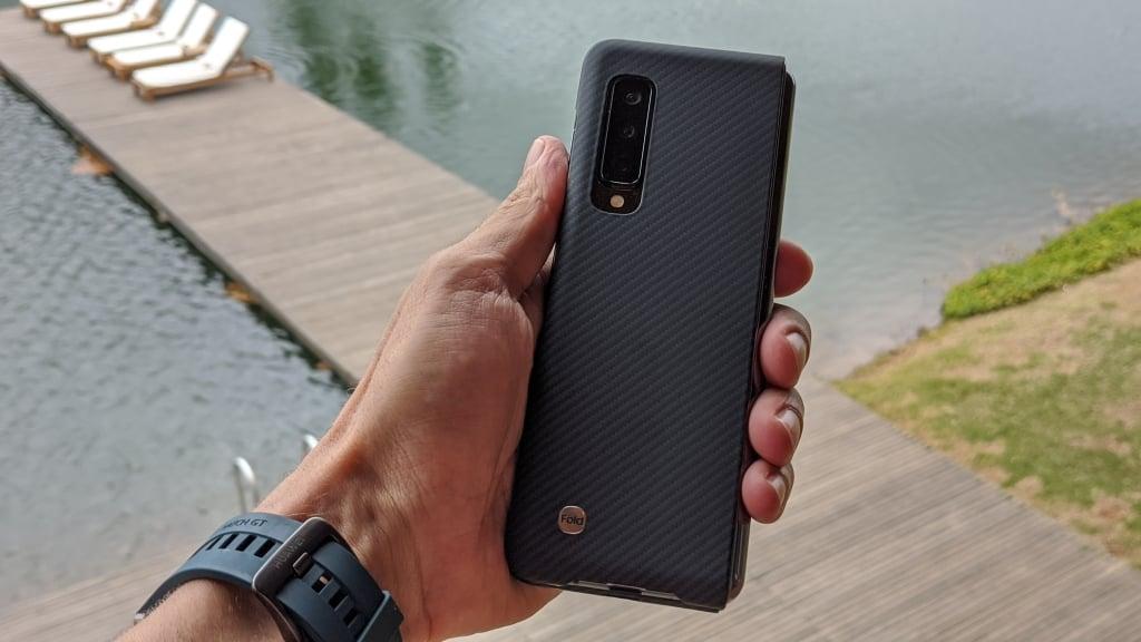 O primeiro dos smartphones dobráveis da Samsung, o Galaxy Fold com a capinha cinza