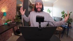 Imagem com pessoa em frente ao computador com GoPro conectada