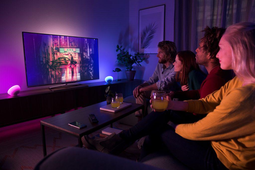 A phillip hue go permite sincronizar a iluminação com músicas, filmes e jogos