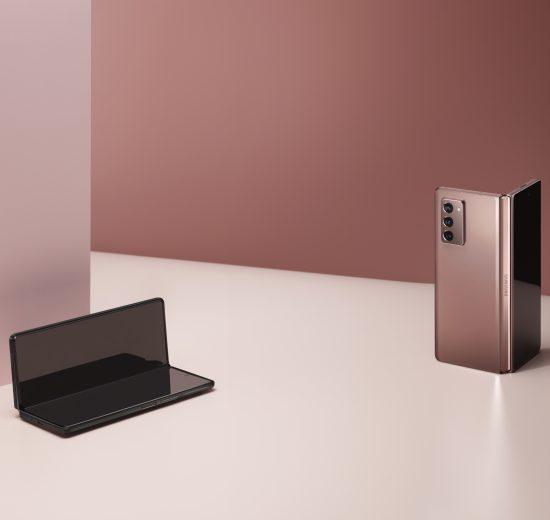 Galaxy Z Fold 2, o último dos smartphones dobráveis da Samsung, nas cores bronze e preto, dobrados em cima de uma mesa rosa clara