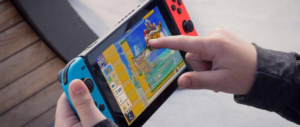Em imagem, garoto joga com seu nintendo switch