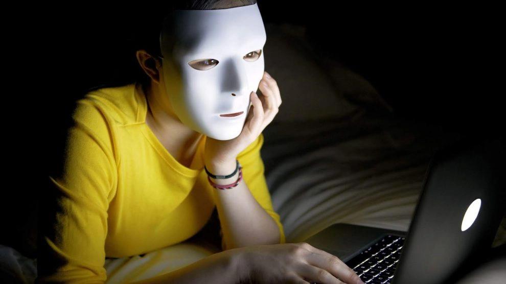 Homem com máscara frente a um notebook, uma das melhores da semana