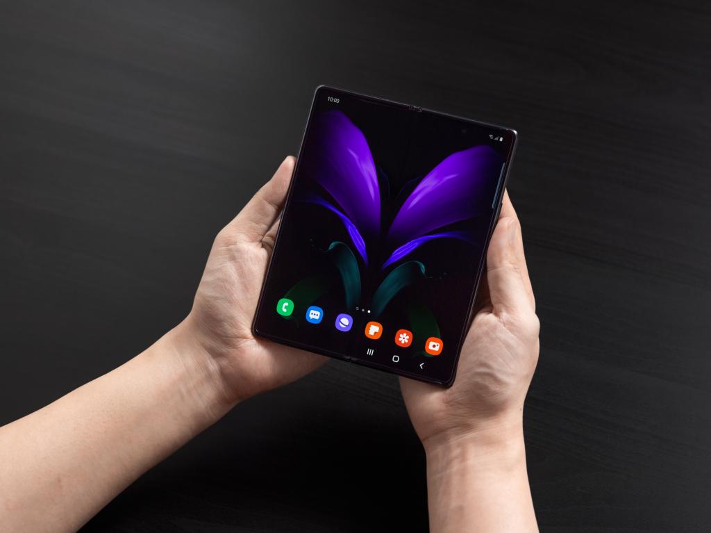 Galaxy Z Fold 2, o mais recente dos smartphones dobráveis da Samsung, aberto numa tela roxa