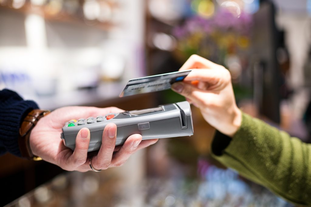 Uma pessoa realiza o pagamento passando pelo RFID