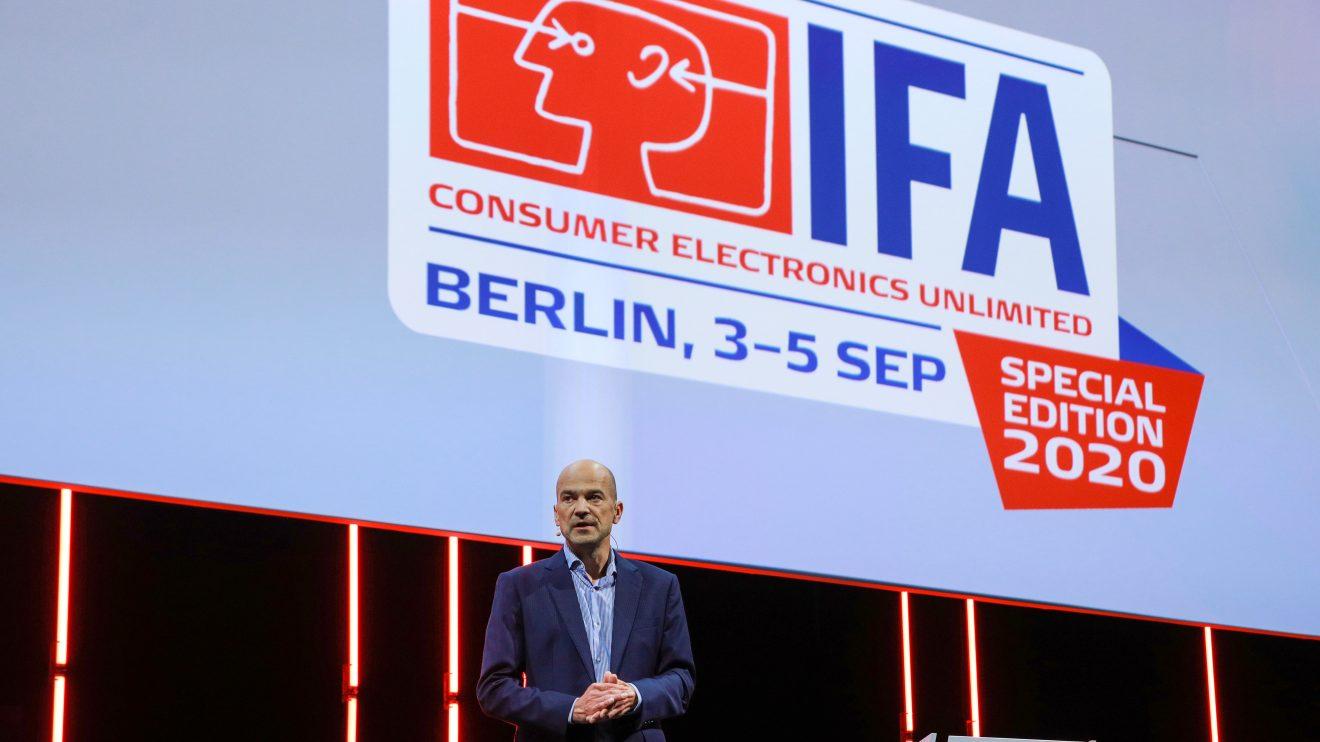 Logo do IFA 2020, com o presidente do evento na frente, um homem careca de terno azul escuro e camisa azul clara