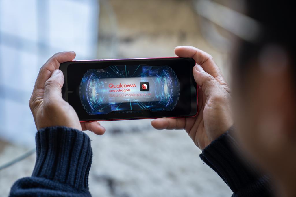 Pessoa segurando smartphone com snapdragon 750g