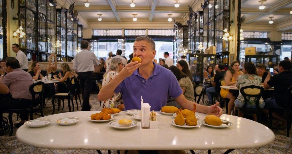 Phil rosenthal explora lugares do mundo em busca de cultura e gastronomia.