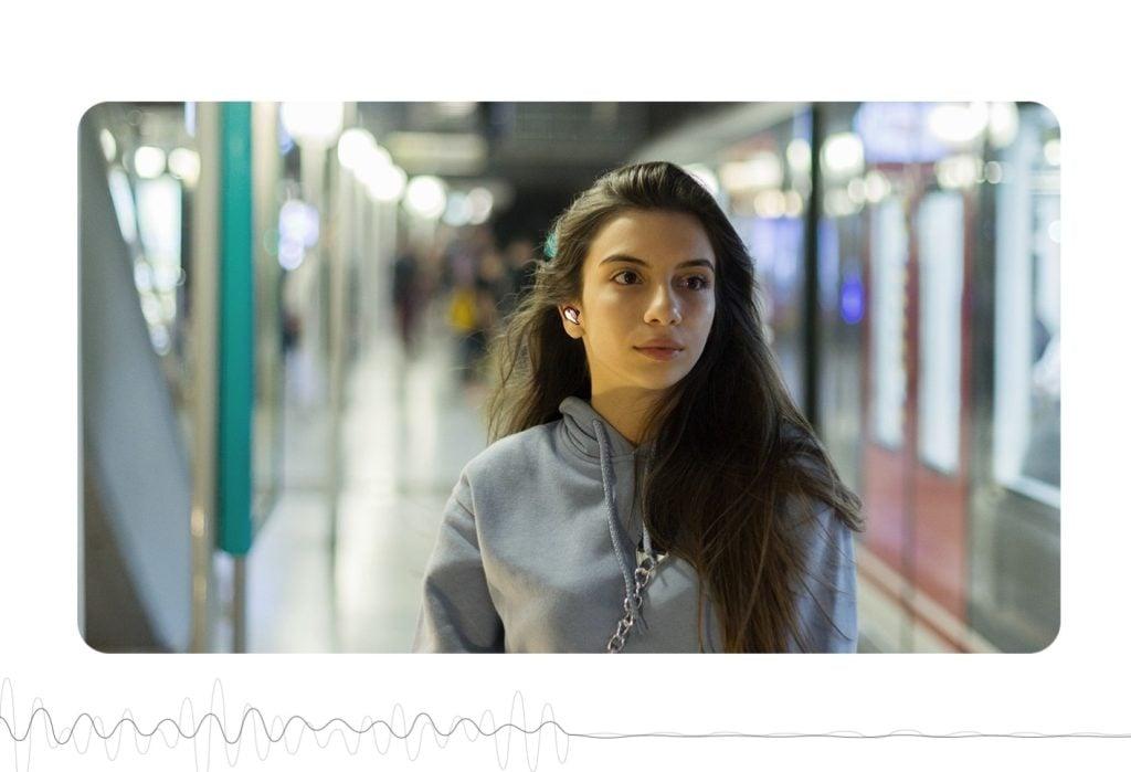 Galaxy buds live no metrô usado por mulher