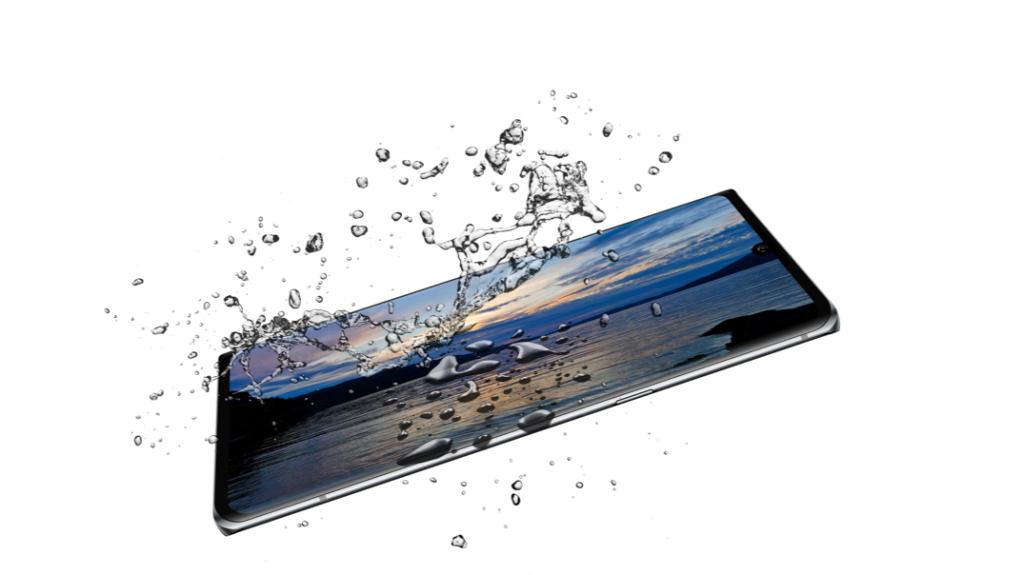 Imagem do LG Velvet com respingos de água
