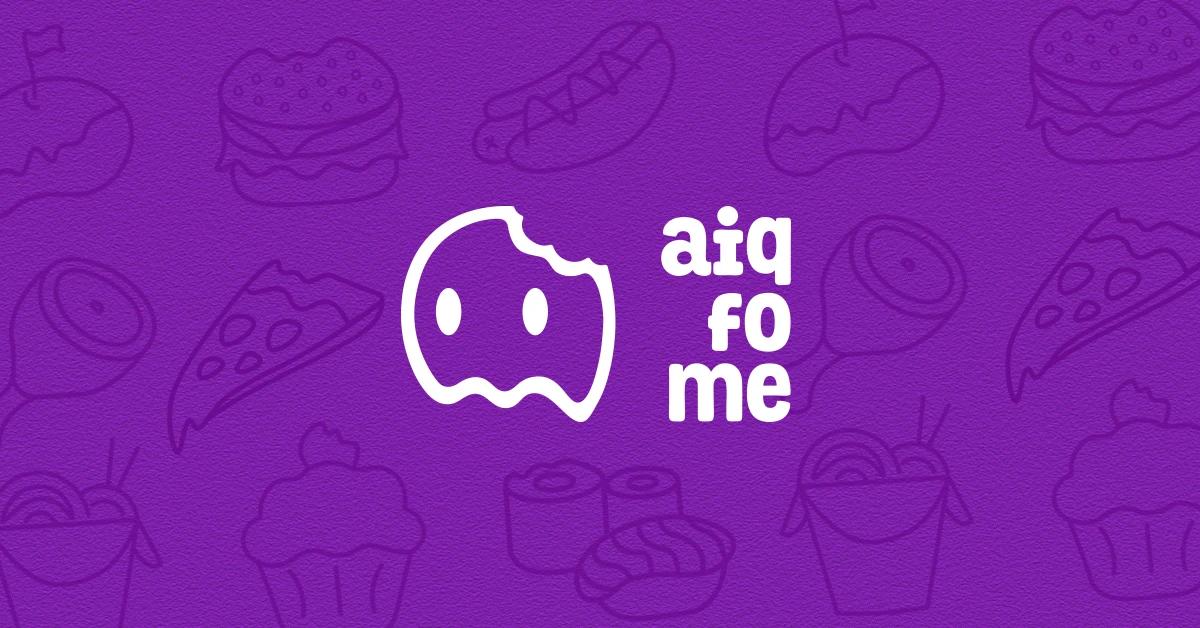 Logo do aplicativo aiqfome, a silhueta de um fantasma em branco com o nome do aplicativo também branco sob um fundo roxo