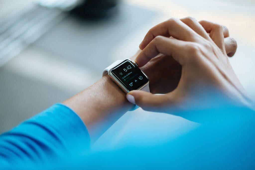 Relógio inteligente mostrando a hora, a temperatura e o ritmo cardíaco do usuário.