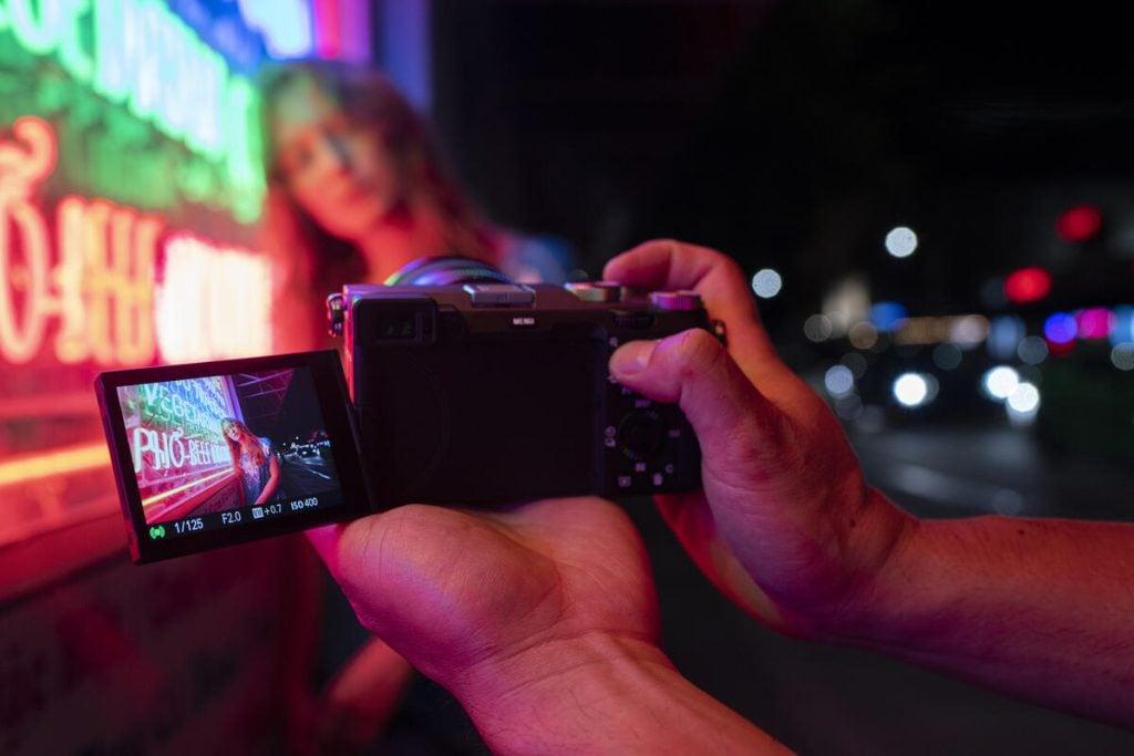 Pessoa gravando vídeo com a câmera sony a7c
