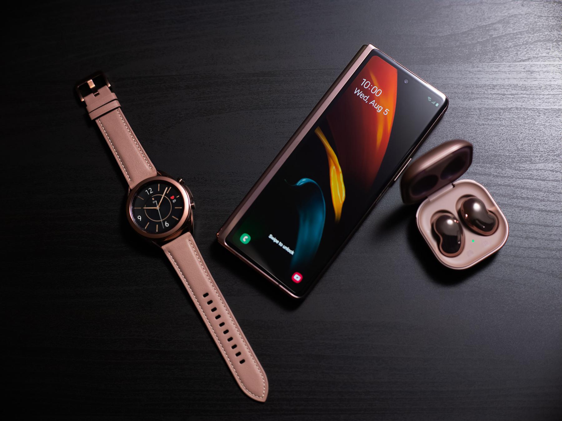 Em imagem, novo galaxy z fold2 junto aos airbuds e o smartwatch da samsung em cores bronze