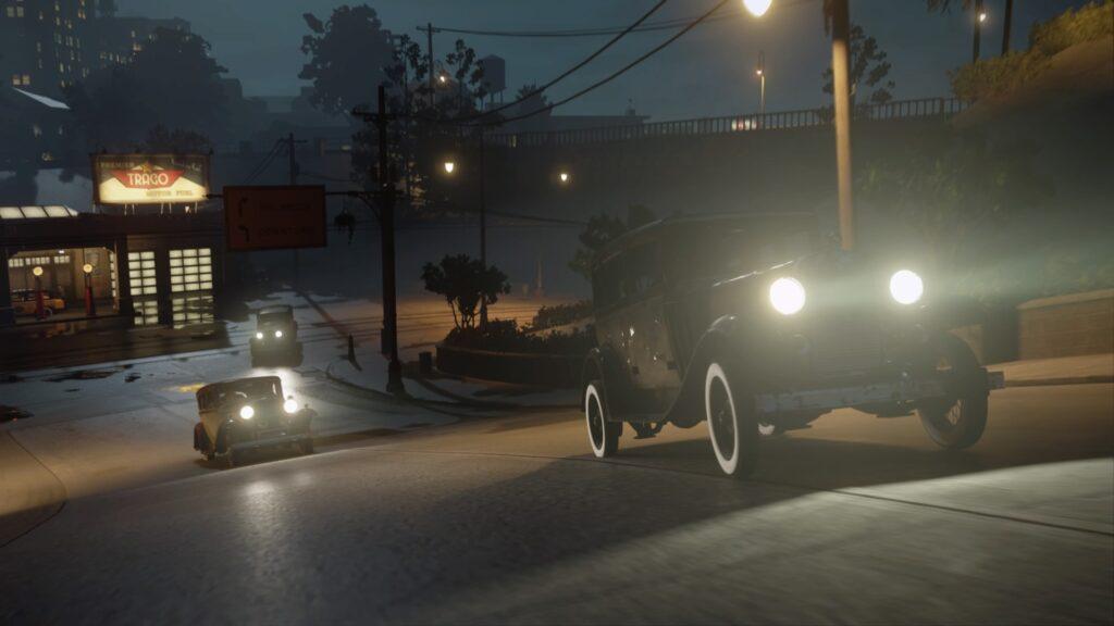 Três carros em perseguição.